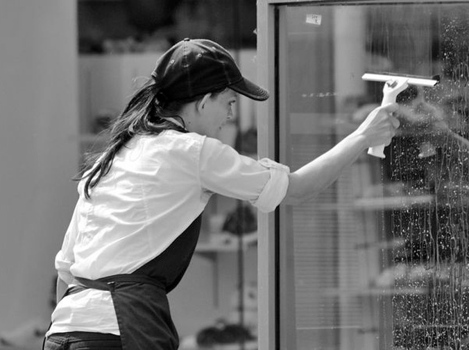 Limpieza rápida de las cristaleras de la oficina